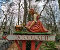 Kaatsheuvel/Paesi Bassi - 29 marzo 2018: Il piccolo cappuccio rosso su segnale dentro il parco a tema Efteling immagini stock libere da diritti