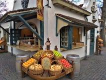 Kaatsheuvel/Paesi Bassi - 29 marzo 2018: Un caffè nell'assomigliare di Efteling del parco a tema ad un negozio di frutti immagine stock