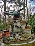 Kaatsheuvel/Paesi Bassi - 29 marzo 2018: Un drago che custodice i forzieri sulla parete in parco a tema Efteling immagine stock libera da diritti