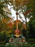 Kaatsheuvel/Paesi Bassi - 3 novembre 2016: Servo con il collo lungo dai servi di fiaba sei Parco a tema Efteling fotografie stock