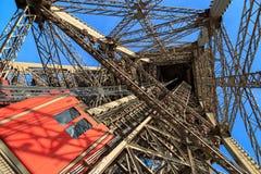 kabłąkowatość Eiffel podążać nogi dźwignięcia lokalizować jeden pasażera platformy struktura bierze target1966_0_ niezwykłego vie zdjęcia stock