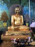 Kaba Aye: El mundo de la paz Buda asentado la estatua de cobre amarillo, la cara es brillo especial foto de archivo libre de regalías