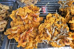 Kabab de la comida en un mercado callejero en la isla del samui de la KOH en Tailandia imágenes de archivo libres de regalías