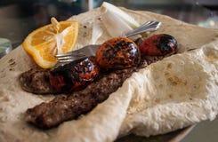 Kabab med plant bröd royaltyfri foto