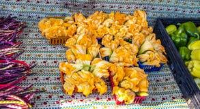 Kabaczków okwitnięcia dla sprzedaży obsiadania między pieprzami i fasolami przy rolnikami wprowadzać na rynek zdjęcie stock