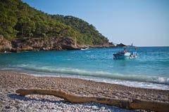 Kabak,土耳其- 2012年7月, 15日:在观光旅游中的旅游小船在kabak的美好的土耳其海岸线 库存图片