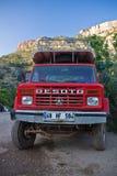 Kabak, Турция - 15-ое июля 2012: выберите вверх изолированный автомобиль принимающ туристов к спрятанному случайному пляжу местно стоковая фотография