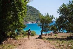 Kabak Turkiet - Juli, 15, 2012: man att fotvandra till den gömda härliga strandsemesterorten i varm sommartid Royaltyfri Foto