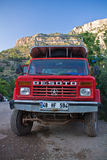 Kabak Turkiet - Juli, 15, 2012: välj upp den isolerade bilen ta turister till den gömda tillfälliga terrängstranden av kabak Arkivbild