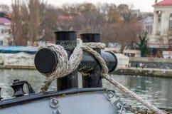 Kabel aan de sleepboot wordt gebonden die Royalty-vrije Stock Foto's
