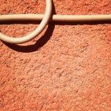 Kabel auf einer Pfirsichwand Lizenzfreie Stockbilder