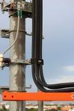 Kabel auf Telefonmasten. Stockfotos