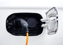 Kabel av biluppladdaren arkivfoto