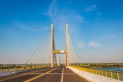 Kabel-bliven bro över Parana River, Brasilien Gräns av Sao Pau royaltyfri fotografi