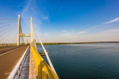 Kabel-bliven bro över Parana River, Brasilien Gräns av Sao Pau arkivbilder