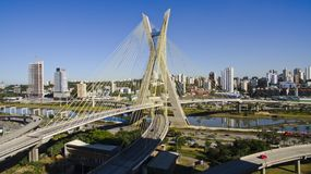 Kabel-bliven bro arkivbild