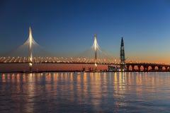 Kabel-bliven bro av den västra snabba diametern till och med farled för Peter ` s och tornet av den Lakhta mitten, på solnedgånge royaltyfri foto