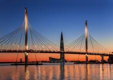 Kabel-bliven bro Betancourt och tornet av den Lakhta mitten, på solnedgången, St Petersburg royaltyfri foto