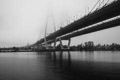 Kabel-bliven bro i St Petersburg Bro över den Neva floden i St Petersburg, Ryssland Arkivfoto