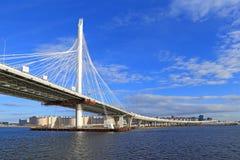 Kabel-bliven bro i St Petersburg vårdag Arkivfoton