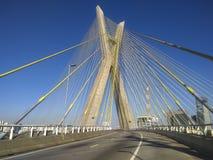 Kabel-bliven bro i världen royaltyfri bild