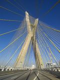 Kabel-bliven bro i världen arkivbild