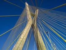 Kabel-bliven bro i världen arkivbilder