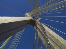 Kabel-bliven bro i världen arkivfoto