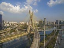 Kabel-bliven bro i världen royaltyfria bilder