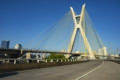 Kabel-bliven bro i världen, Sao Paulo Brazil, stadens symbol arkivbild