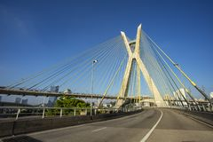 Kabel-bliven bro i världen, Sao Paulo Brazil, stadens symbol royaltyfri foto
