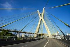 Kabel-bliven bro i världen, Sao Paulo Brazil, stadens symbol royaltyfria bilder