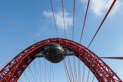 Kabel-bliven bro med en restaurang i Moskva Fotografering för Bildbyråer