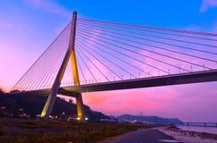 Kabel-bliven bro på skymning i Kaohsiung, Taiwan Arkivfoto