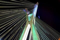 Kabel-bliven bro på natten i Sao Paulo Brasilien Arkivfoto