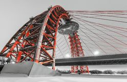 Kabel-bliven röd bro som spänner över Moskvafloden i vinter Royaltyfria Foton
