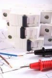 Kabel des Vielfachmessgeräts, des elektrischen Drahtes und der Sicherung auf Zeichnung Lizenzfreies Stockbild