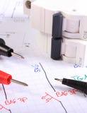 Kabel des Vielfachmessgerätstiftes und der elektrischen Sicherung auf elektrischer Zeichnung Lizenzfreie Stockfotos