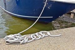 Kabel die boot in jachthavenmisstap beveiligen Stock Fotografie