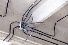 Kabel die het plafond leggen Elektrodraden op de muur Bedradingsvervanging Het verbinden van het licht in vlak of het bureau stock afbeelding