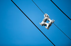 Kabel-Distanzscheibe auf blauem Himmel Stockbilder