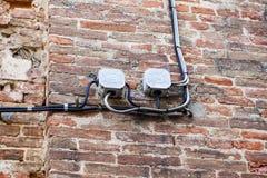 Kabel elektrisch auf Wand im Freien lectrical Kästen und viele Verbindung der elektrischen Drähte lizenzfreie stockfotos