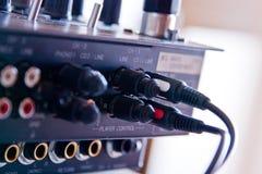 Kabel en contacten in raad DJ Stock Foto