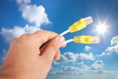 Kabel för data för internet för manhand hållande royaltyfri foto