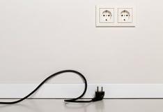 Kabel för kabel för svart makt som kopplas från med europeiskt vägguttag på wh Royaltyfri Foto