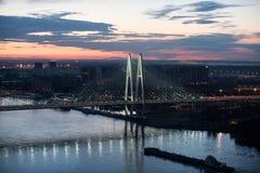 Kabel-gebleven brug bij nacht royalty-vrije stock foto