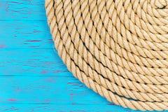 Kabel in hoek van blauw oceaanthema stock foto's