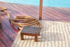 Kabel, houten kruk en tapijt, parelvisserapparatuur Stock Afbeeldingen