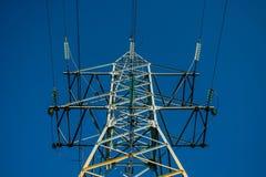 Kabel i metallskida på ett ståltorn arkivfoto