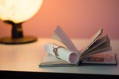 Kabel met document op boek wordt gebonden dat Stock Afbeeldingen